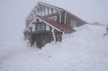 雪中の燕山荘