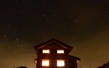避難小屋と星