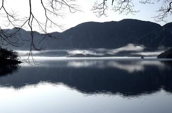 中禅寺湖朝靄と上野島